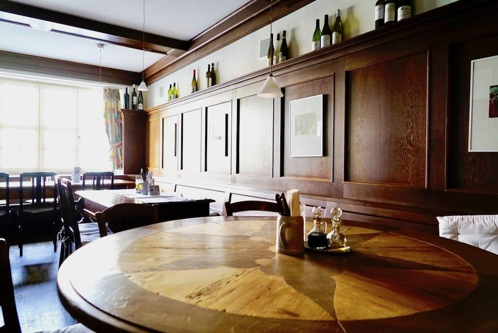 Cafe und Weinstube alte Holzvertäfelung an der Wand