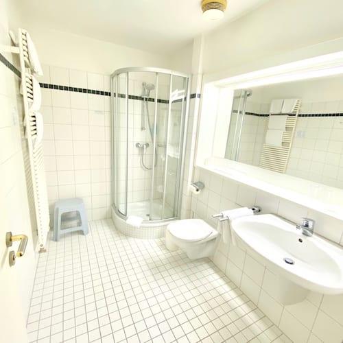 Bad im Einzelzimmer mit Dusche, hell und lichtdurchflutet