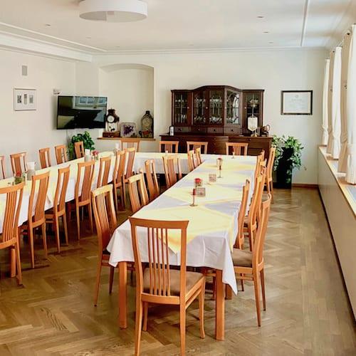 Tafel langer Tisch im Restaurant Firmenfeiern Gedeck Mindelheim