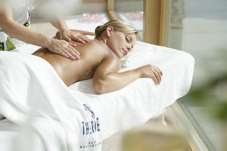 Massage und Wellness Frau auf der Liege - lassen Sie sich verwöhnen