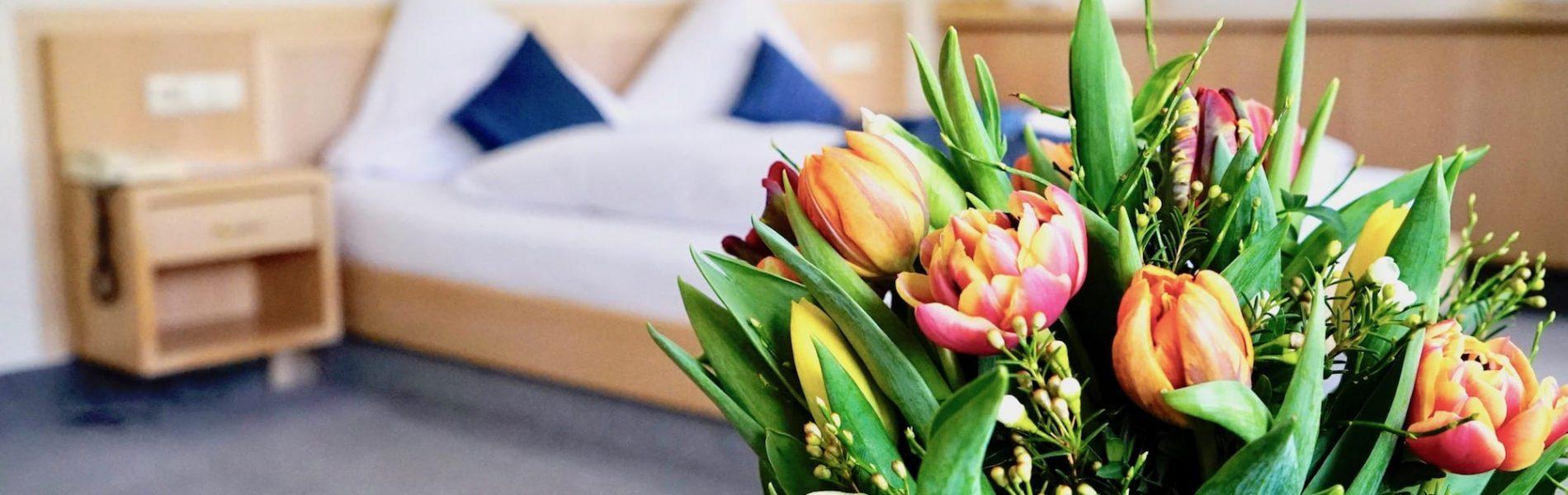 Blumenstrauß im Doppelzimmer Hotelzimmer